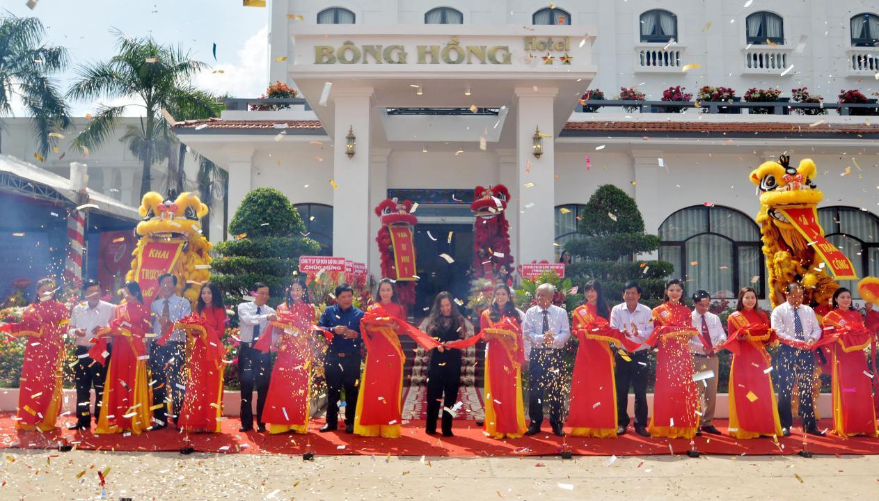 4. Các đại biểu cắt băng khánh thành Khách sạn Bông Hồng