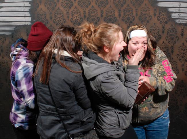 Divertidas reacciones de personas fotografiadas en una casa embrujada