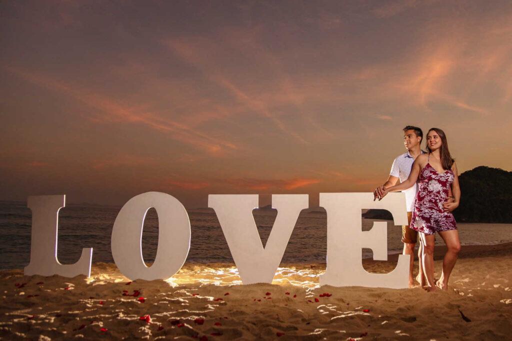 casal apaixonado após pedido de casamento bem sucedido