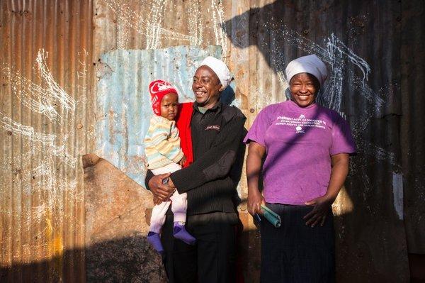 Жизнь хороша, не так ли? Семья Фрэнсиса и Саломе Мванги из пяти человек живет примерно на €150 в месяц. Чтобы получить эти деньги, они работают полный рабочий день, чаще всего 7 дней в неделю; рабочая смена Мванги длится 24 часа.