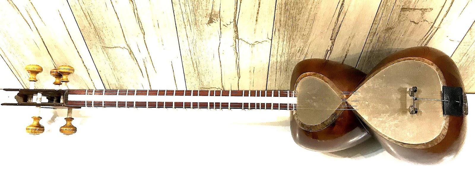 ساز تار مهرداد کلهر یک مهر همراه با جعبهی یونولیتی