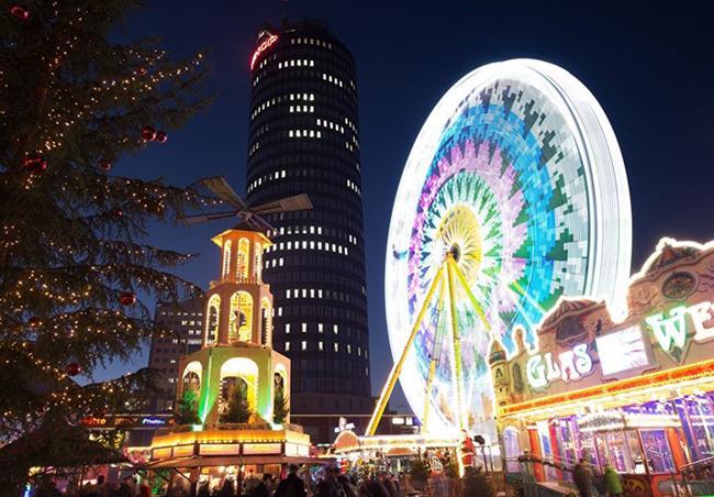 Một góc chợ trời chuyên bán đồ Giáng sinh ở Jena, Đức.