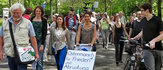 Fröhlich gestimmte Ostermarschierer, Transparent: »Ostermarsch für Frieden und Abrüstung«.